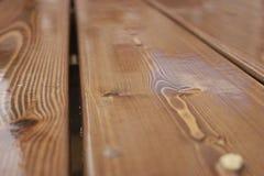Träplankorna i regnet arkivbild