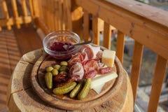 Träplatta för traditionellt berg av italiensk lunch, Fiemme Valle royaltyfri fotografi