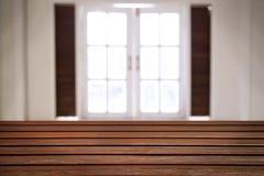 Träplattform och fönster Arkivbild