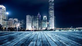 Träplattform och stad Arkivfoto