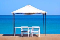 Träplattform på stranden Fotografering för Bildbyråer