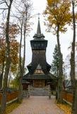 Träpolermedelkyrka i höst Royaltyfri Bild