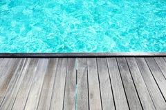 Träponton på havssemesterorten royaltyfri fotografi
