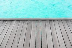 Träponton på havsstranden arkivbild