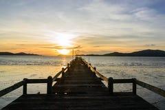 Träponton på solnedgången royaltyfria bilder