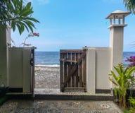 Träport som är öppen in mot Amed Beach och det Bali havet arkivfoto