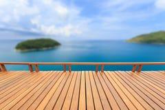Träpryda eller däcka och tropisk strand royaltyfri fotografi