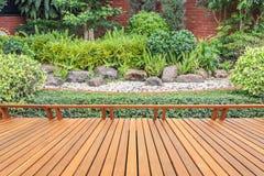 Träpryda eller däcka och växt i trädgårds- dekorativt Royaltyfri Fotografi