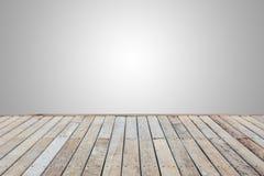 Träpryda eller däcka som isoleras på tomt grå färgutrymme för desi arkivfoto