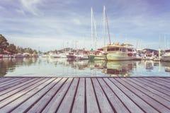 Träpryda eller gångbana och sikt av yachtanseendet på marien arkivfoto