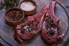 trärå steak för nötköttbräde Royaltyfria Bilder