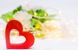 Träröd hjärta på en vit dag för bakgrundsvalentin` s Begreppet av förälskelse roman elegans royaltyfri foto