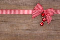 Träröd julbakgrund med en vit kontrollerade bandet Fotografering för Bildbyråer