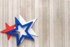 Träröda, vita och blåa stjärnor på en lantlig bakgrund med kopian space/4th av det Juli bakgrundsbegreppet Royaltyfri Bild