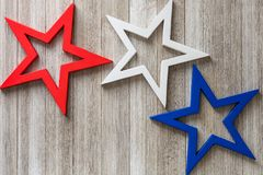 Träröda, vita och blåa stjärnor på en lantlig bakgrund med kopian space/4th av det Juli bakgrundsbegreppet Royaltyfria Foton