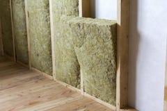 Träramen för framtida väggar som isoleras med, vaggar ull och fiber royaltyfri bild