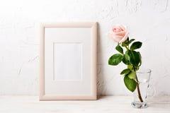 Trärammodell med rosa färgrosen arkivfoto