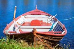 Träroddbåt för gammalt fiske Royaltyfria Bilder