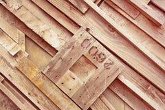 Träromben formade witnnummer i mitt på sned träbakgrund royaltyfria foton