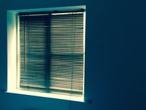 Trärullgardiner framme av fönstret Royaltyfri Foto