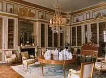 Trärum med möblemang på den Versailles slotten Fotografering för Bildbyråer