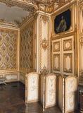 Trärum med möblemang på den Versailles slotten, Frankrike Royaltyfria Foton