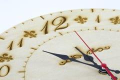 Trärund väggklocka - klocka som isoleras på vit bakgrund arkivfoto