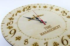 Trärund väggklocka - klocka som isoleras på vit bakgrund hantera din tid arkivfoto
