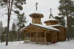 Trärysk ortodox kyrka i vinter i Nellim, Lapland, Finland Royaltyfri Bild
