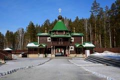 Träryska ortodoxa Christian Gate Church i den Ganina Yama kloster Arkivbild