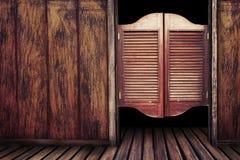Träsalongdörrar för gammal tappning Arkivfoto