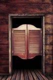 Träsalongdörrar för gammal tappning Arkivbild