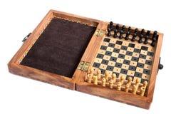 Träschackbräde med schackpjäser Arkivbilder