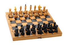 Träschackbräde med schackpjäser Arkivbild