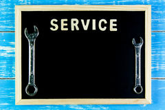 Träservice och skiftnyckel för engelskt alfabet på svart tavla Royaltyfri Foto