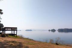 Träsiktspunkt och sittande stol på Pom Pee Khao Leaem National Park, Kanchanaburi arkivbild