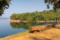 Träsiktspunkt och sittande stol på Pom Pee Khao Leaem National Park, Kanchanaburi fotografering för bildbyråer