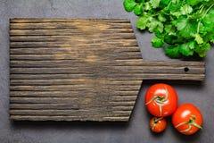 Träskärbräda och nya grönsaker Fotografering för Bildbyråer