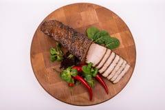 träskärbräda redondo con el ââpork, la ensalada y el chile cortados Fotos de archivo libres de regalías