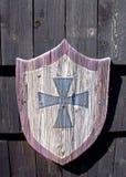 Träsköld och ett kors Arkivfoto