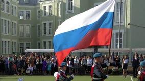 Träskbarn med den ryska flaggan på den världsomspännande berömmen av dagen av kunskap på 1 September arkivfilmer