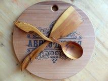 Träsked, kökspatel som göras av Karelian björk handgjort tillverkar för trasaryss för docka folk görande vesnyanka Vaalam closeup Royaltyfria Bilder