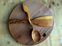 Träsked, kökspatel som göras av Karelian björk handgjort tillverkar för trasaryss för docka folk görande vesnyanka Vaalam closeup Arkivfoto