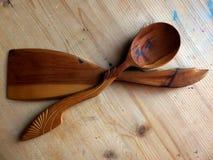 Träsked, kökspatel som göras av Karelian björk handgjort tillverkar för trasaryss för docka folk görande vesnyanka Vaalam closeup Arkivbild