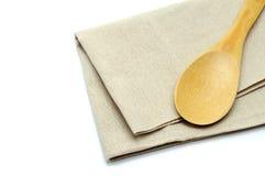 Träsked med bomullsbordduken på vit isolatbakgrund Royaltyfri Bild