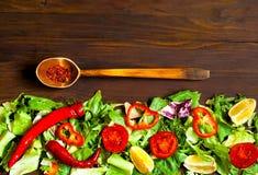 Träsked med kryddor och bakgrund för organisk mat av grönsallat Italiensk matlagning, begrepp för organisk mat Bästa sikt, kopier arkivfoto