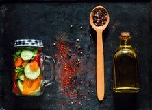 Träsked med kryddor och hemlagad sallad av sunda grönsaker i en glass krus på rostig metallbakgrund för tappning, Royaltyfri Bild