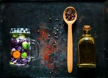 Träsked med kryddor och hemlagad sallad av sunda grönsaker i en glass krus på rostig metallbakgrund för tappning Arkivfoton