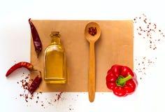 Träsked med kryddor och ingredienser för att laga mat deg på gammal tidningstextur på vit bakgrund Ram av organisk mat arkivfoton