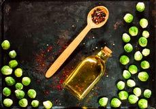 Träsked med kryddor och nya brussels groddar på rostig metallbakgrund för tappning äta för begrepp som är sunt kopiera avstånd royaltyfria bilder